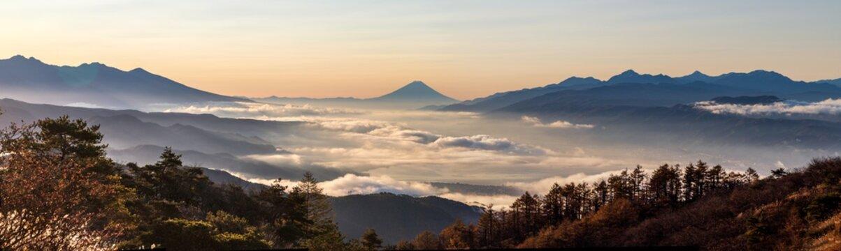 夜明けの高ボッチ高原から諏訪湖の雲海と富士山