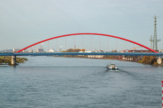 Die Brücke der Solidarität in Duisburg über dem Rhein
