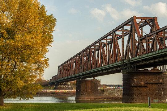 Herbststimmung am Niederrhein an der Hochfelder Eisenbahnbrücke in Duisburg