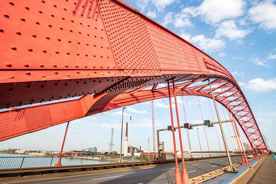 Brücke der Solidarität in Duisburg Rheinhausen in extremer Perspektive