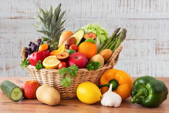 Obst und Gemüse in einem Korb auf Holz Hintergrund