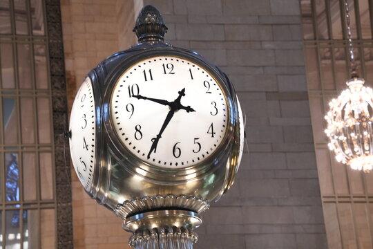 Der Wert dieser weltberühmten Uhr in der Grand Central Station besteht aus kostbarem Opalglas. Der Wert wird auf bis zu 20 Millionen Dollar geschätzt. New Yok - Manhattan, 30.11.2019.