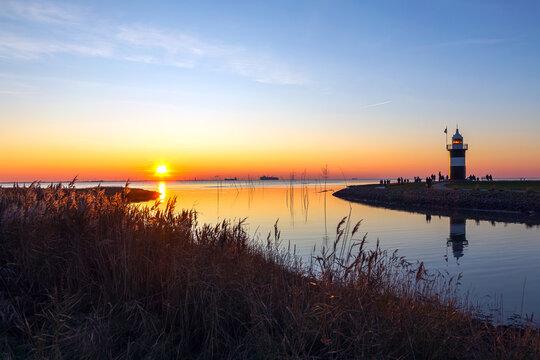 Sonnenuntergang an der Nordseeküste bei Cuxhaven, Niedersachsen