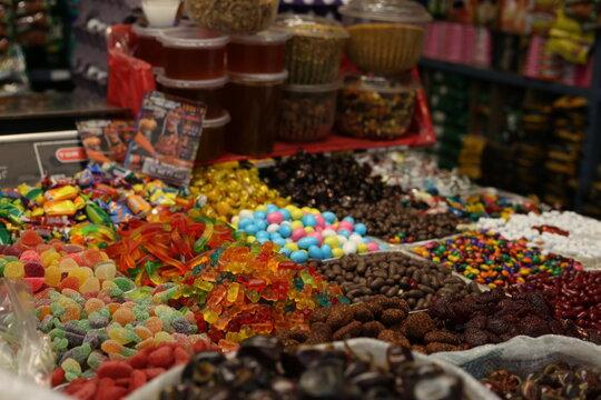 Puesto de dulces en mercado mexicano, gomitas, chocolates, azucar