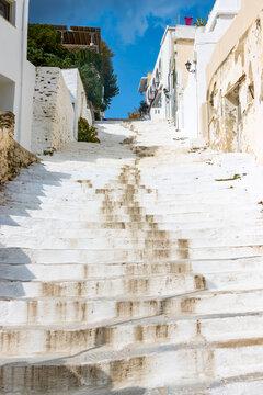 Treppe hinauf in die Altstadt der Hauptstadt der griechischen Kykladen-Insel Andros