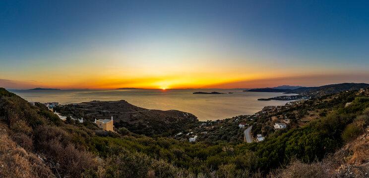 Sonnenuntergang über der Bucht des Ferienorts Batsi auf der griechischen Kykladeninsel Andros im Panorama