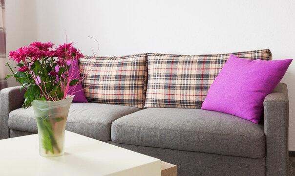 Couch mit Blumendekoration