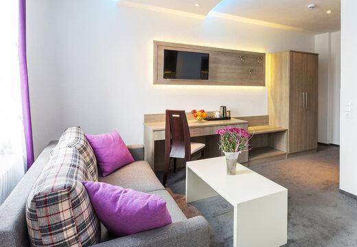 Hotelzimmer mit Sitzecke und Schreibtisch