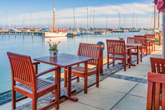 leerer Restaurant Tisch im alten Hafen von Warnemünde / Hohe Düne