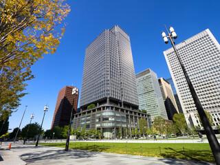 Fototapete - 東京都 丸の内駅前広場とオフィスビル街