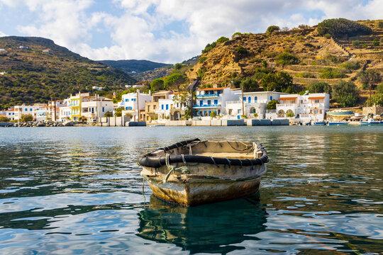 Kleines Fischerboot im Hafen der Bucht von Korthi auf der griechischen Kykladen-Insel Andros