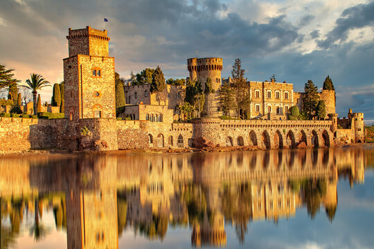 Château de la Napoule à Mandelieu et son reflet dans la mer avec  la lueur du soleil levant sur la Côte d'Azur