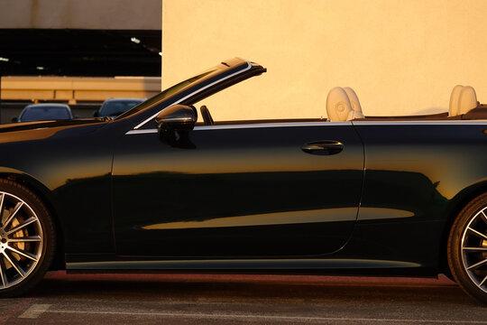Cabriolet mit offenem Verdeck