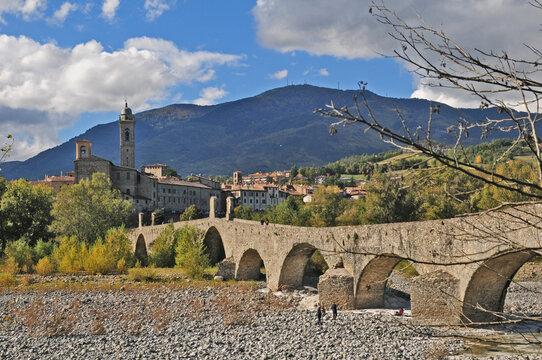 Bobbio ed il ponte Gobbo sul fiume Trebbia - Piacenza