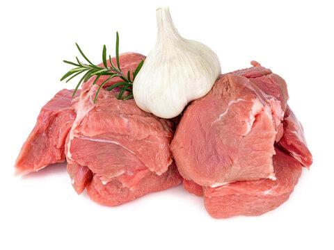 morceaux de viande cru de veau pour blanquette sur fond blanc