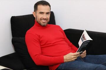 Obraz Mężczyźni również lubią czytać. Męska płeć i książka.  - fototapety do salonu