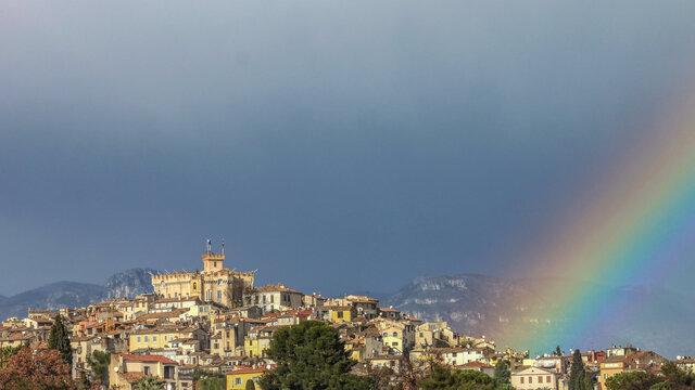 Arc en ciel sur le village perché du haut de Cagnes à Cagnes sur Mer sur al Côte d'Azur