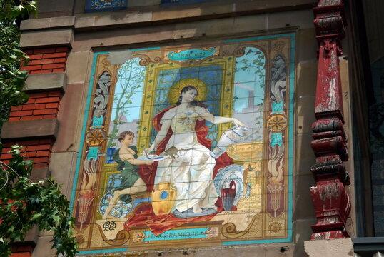 Ville de Sarreguemines, Casino des Faïenceries, façade décorée d'une très belle fresque signée Alexandre Sandier, département de la Moselle, France