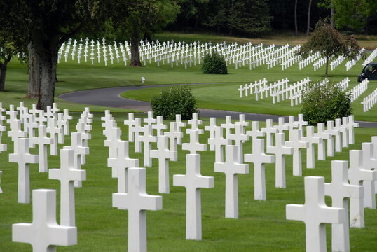 Ville de Saint-Avold, cimetière américain, très nombreuses croix blanches à l'ombre des arbres, département de Moselle, France
