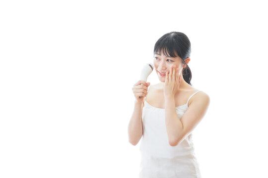 美容機器を使う若い女性