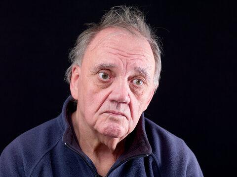 portrait vieil homme ébouriffé en colère