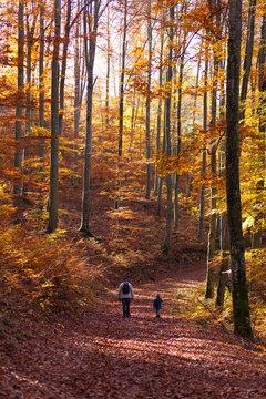 Opa und Enkel beim Herbstspaziergang