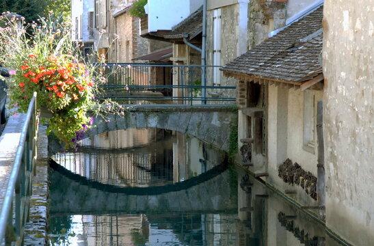 ville de Provins, passerelle fleurie et lavoir, département de Seine-et-Marne, France