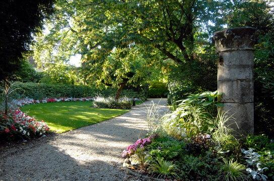 ville de Provins, jardin Garnier, allée fleurie et colonne de pierre, département de Seine-et-Marne, France
