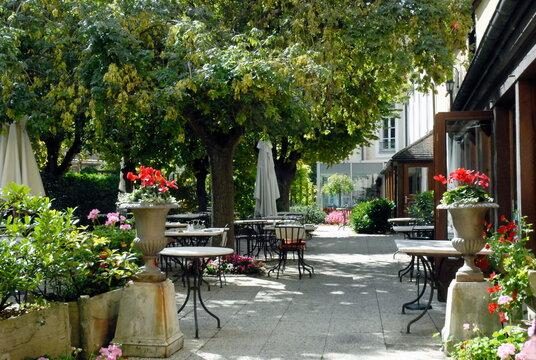 ville de Provins, terasse ombragée et fleurie avec tables et chaises, département de Seine-et-Marne, France
