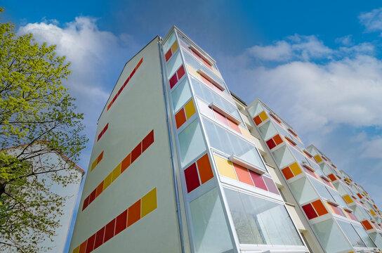 modernes Neubau Mehrfamilienhaus