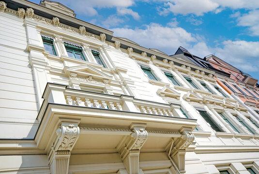 hochwertig Fassade eines sanierten Einfamilienhauses