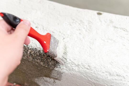 Neue Farbe auf einer Beton außen Treppe aufbringen