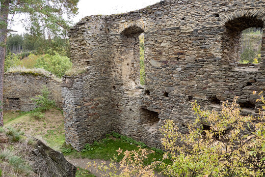 The romantic ruins of Gutštejn Castle are located on a rocky watchtower above the forested valley of the Hadovka stream near Okrouhlá Hradiště in the Tachov region.