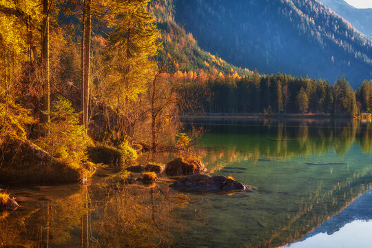 Romantischer Herbst am Hintersee , ein Gemeindeteil der Gemeinde Ramsau bei Berchtesgaden.