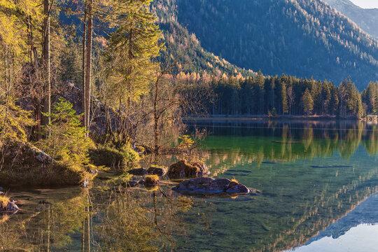Herbst am Hintersee , ein Gemeindeteil der Gemeinde Ramsau bei Berchtesgaden.