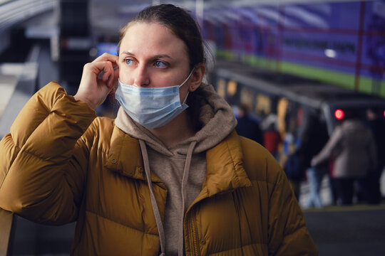 A passenger on the subway shows how wrong it is to put on a face mask