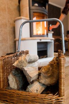 Holz in einem Kamin nachlegen
