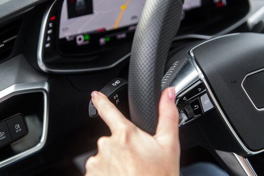 Blinkerhebel in einem Auto betätigen