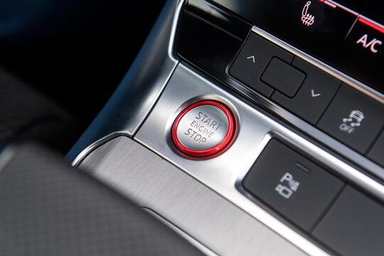 Start Stop Knopf in einem Auto