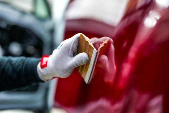 Professioneller Folierer mit Rakel für die Auto Folierung