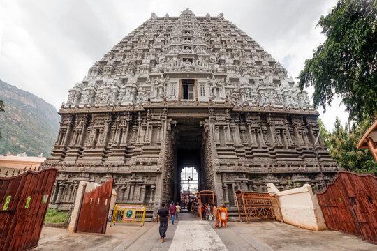 Arunachala, Tiruvannamalai, Tamil Nadu in India, January 30, 2018: Hindu pilgrims at the Annamalaiyar Temple are waiting in line to visit the holy place.