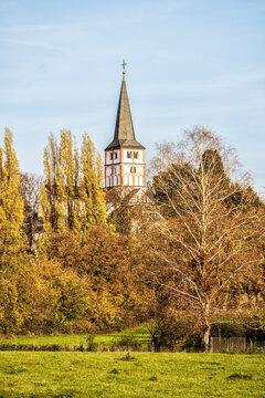 Turm der Doppelkirche (St. Maria und St. Clemens) in Schwarzrheindorf bei Bonn im Herbst