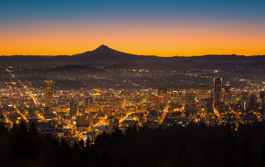 Scenic view of city with silhouetted Mount Hood in background during sunrise Fotomurales