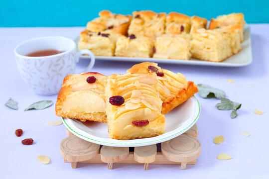 Saftiger Kuchen mit Apfelspalten