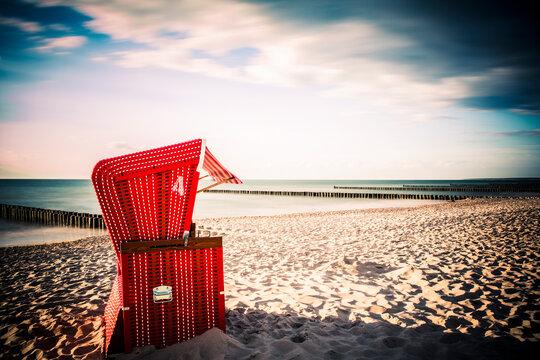 Roter Strandkorb am Ostseestrand