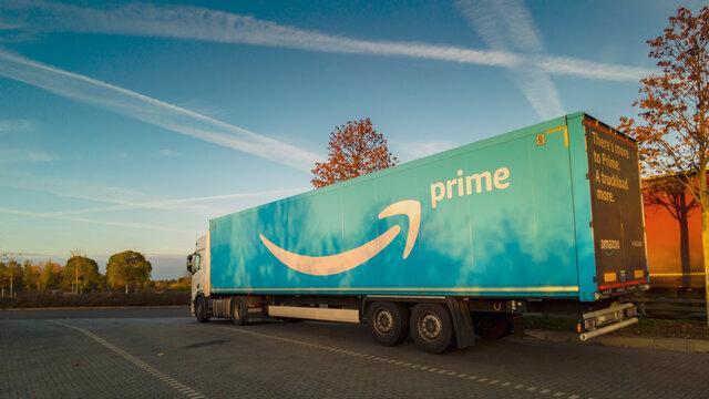 Deutschland , 18.11.2020 , A 15 , Eichow , Ein LKW von Amazon Prime auf einem Parkplatz