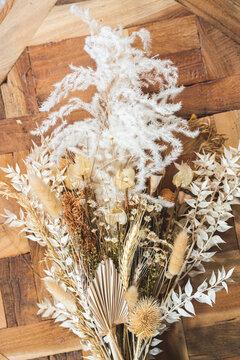 Blumenstrauss auf Holztisch im Sonnenlicht