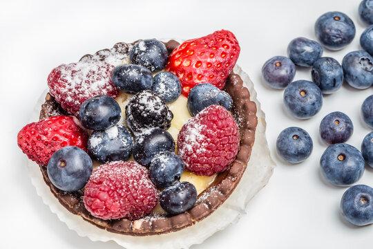 Tartelette mit Himbeeren, Blaubeeren und Erdbeeren