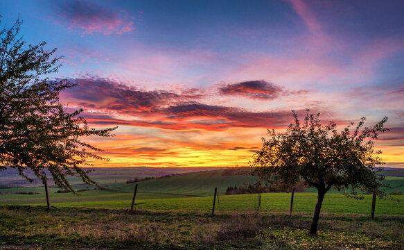 Traumhafter Sonnenuntergang über ländlicher Region
