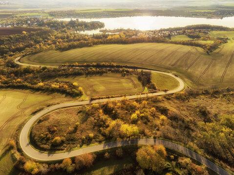 Wunderschöne Natur im herbstlichen Seegebiet Mansfelder Land mit Blick über die Seeburger Serpentinen bis hin zum Süßen See und dem Schloss